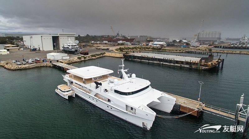 世界最大三体船超艇 White Rabbit 抵达新加坡